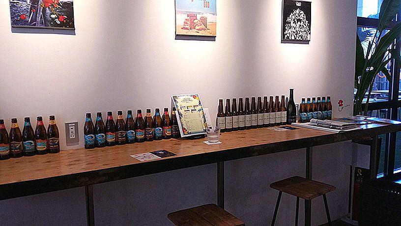 ビールが並ぶ椅子席